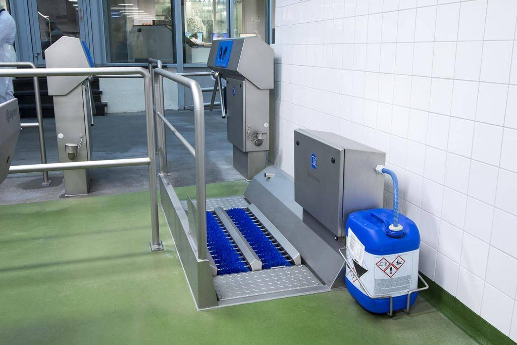SOLE CLEANING AND HAND DISINFECTION IN ONE